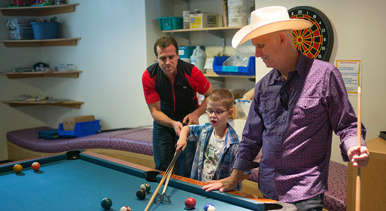 Garth Brooks play pool with patient