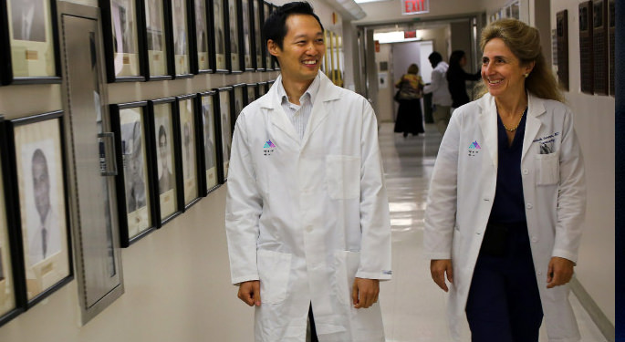 image of Drs. German and Yong walking down a hospital corridor